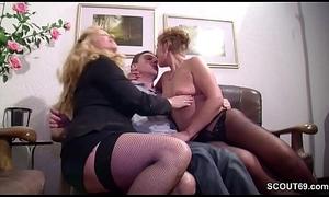 Stief-Mutter und Tante schenken ihm seinen ersten Fick
